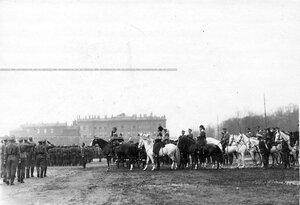 Войска проходят церемониальным маршем мимо императора Николая II и сопровождающих его лиц.