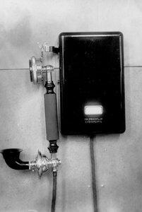 Внешний вид стенного индукторного телефонного аппарата, служащего при установке в одну линию.