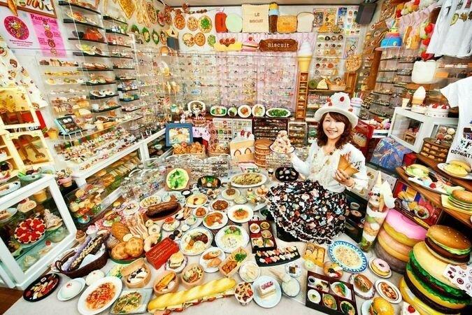 Если вам нравится пластиковая еда, то у Акико Обата (Akiko Obata) из Японии есть 8 083 готовых предметов. Коллекция, которая стала рекордной в 2014 году, включает в себя магниты, статуэтки, игрушки, реплики еды, брелоки и многое другое.