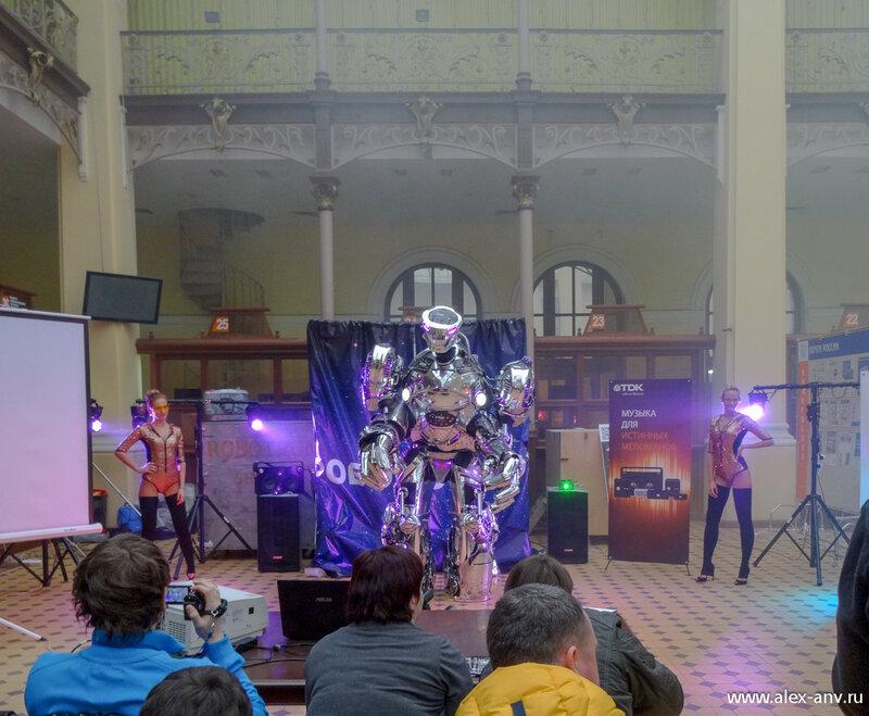 При более подробном рассмотрении разрекламированный робот оказался куклой, с крайне ограниченным набором движений, абсолютно нефункциональными конечностями и вдобавок не автономным, а телеуправляемым (о чём кстати было прямо заявлено перед началом шоу).