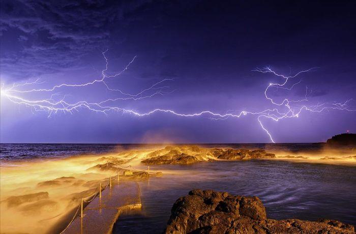 Красивые фотографии молний в самых разных местах и ситуациях 0 a5518 9c11492d orig