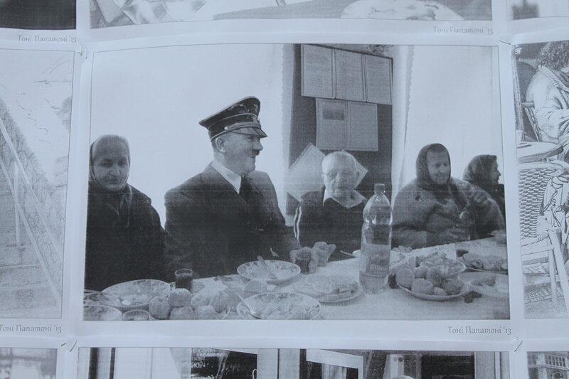Гитлер обедает с бабушками