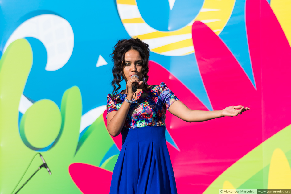 Солистка Ottawan Изабель Япи (Isabelle Yapi) на сцене в Саранске