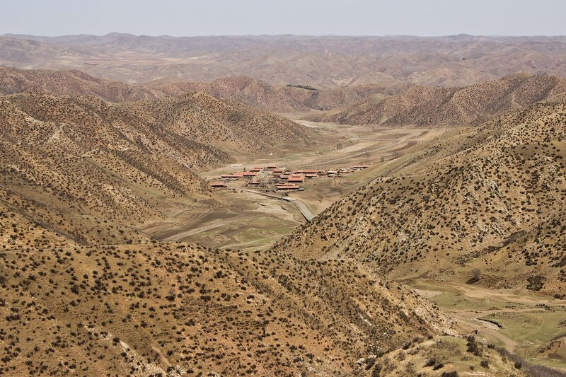 деревня  в горах инь шань, внутренняя монголия, китай