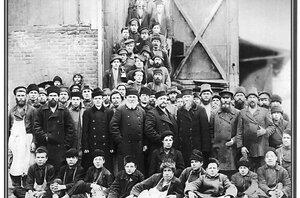Рабочие и служащие Добрянского завода