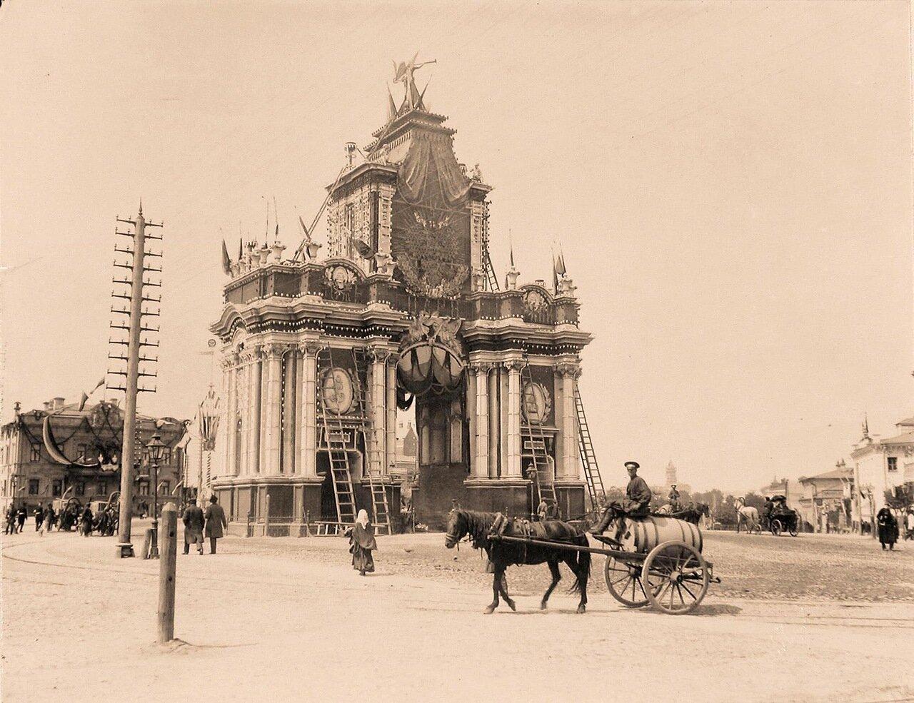 Вид Красных ворот во время украшения и установки иллюминации в дни подготовки к торжествам коронации