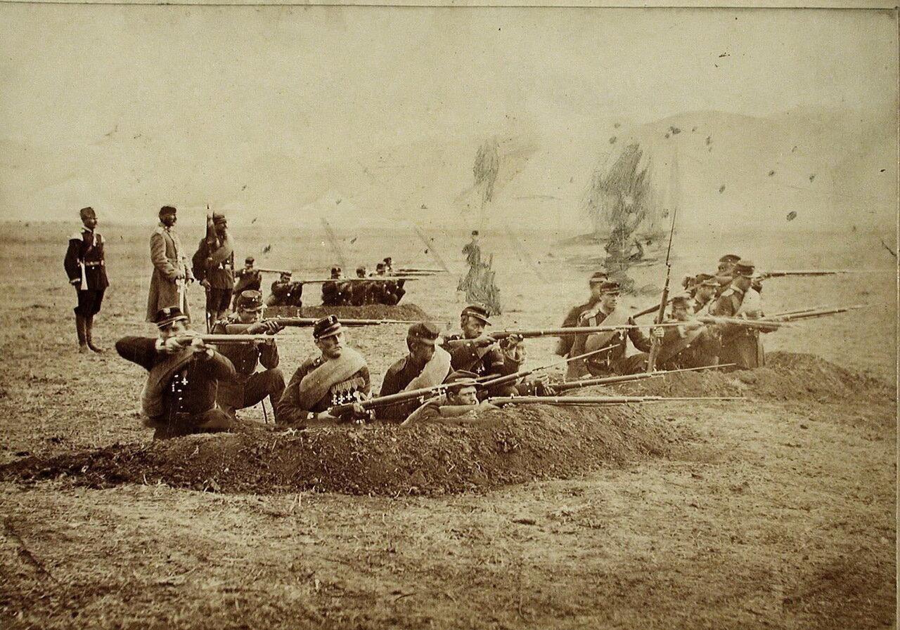 Солдаты стреляют из окопов
