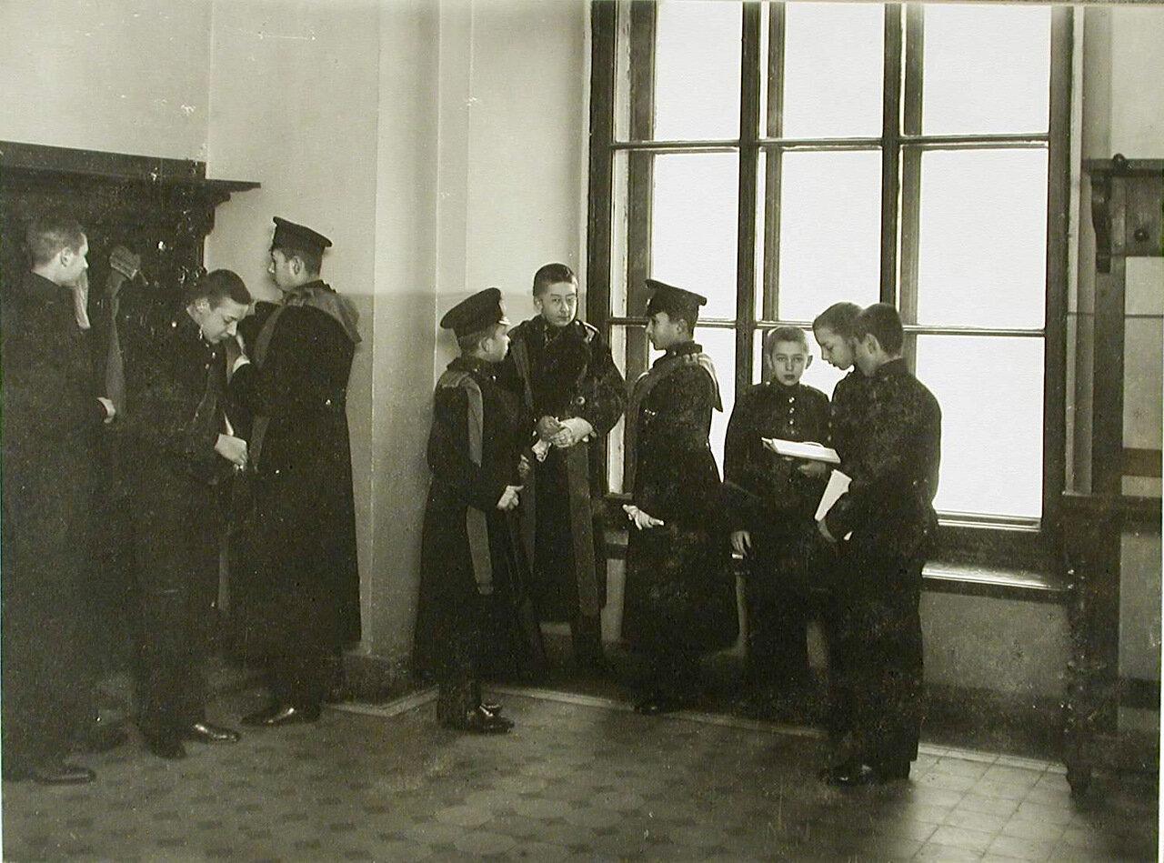 42. Группа воспитанников,вернувшихся из отпуска,в гардеробе