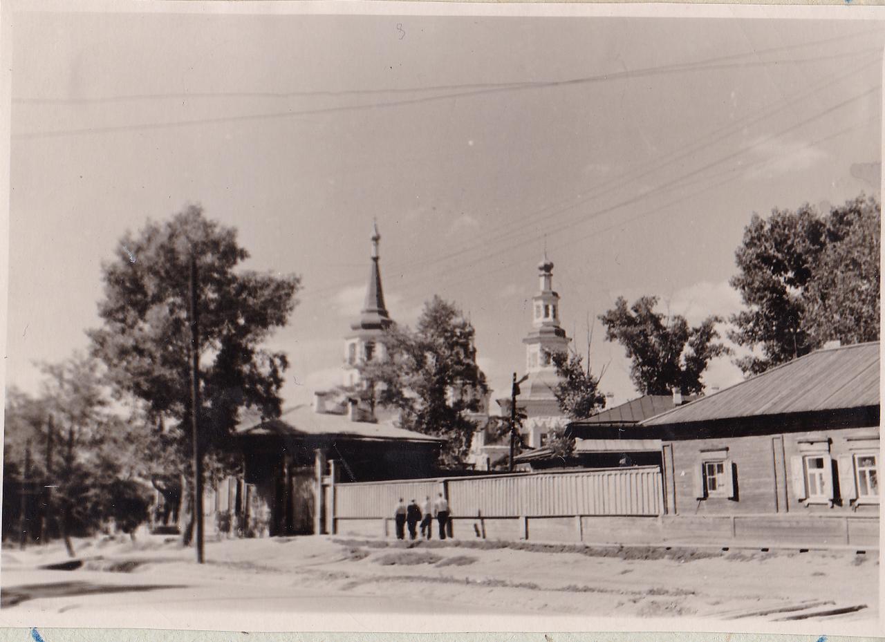 Иркутск. Вид на Крестовоздвиженскую церковь с улицы Седова