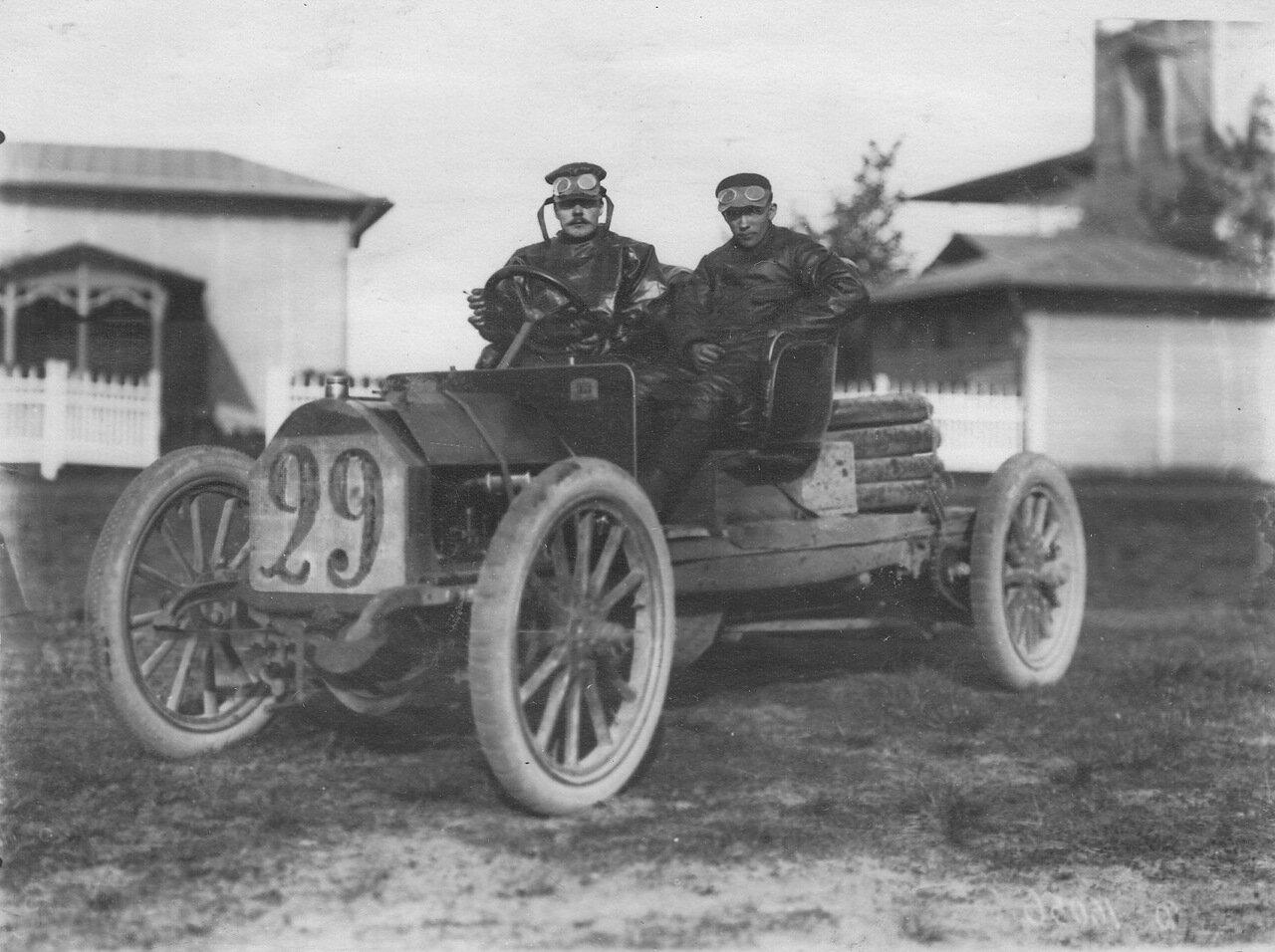 Участники пробега Слубский и Фонин (за рулем) в автомобиле № 29 Фиат у финиша пробега