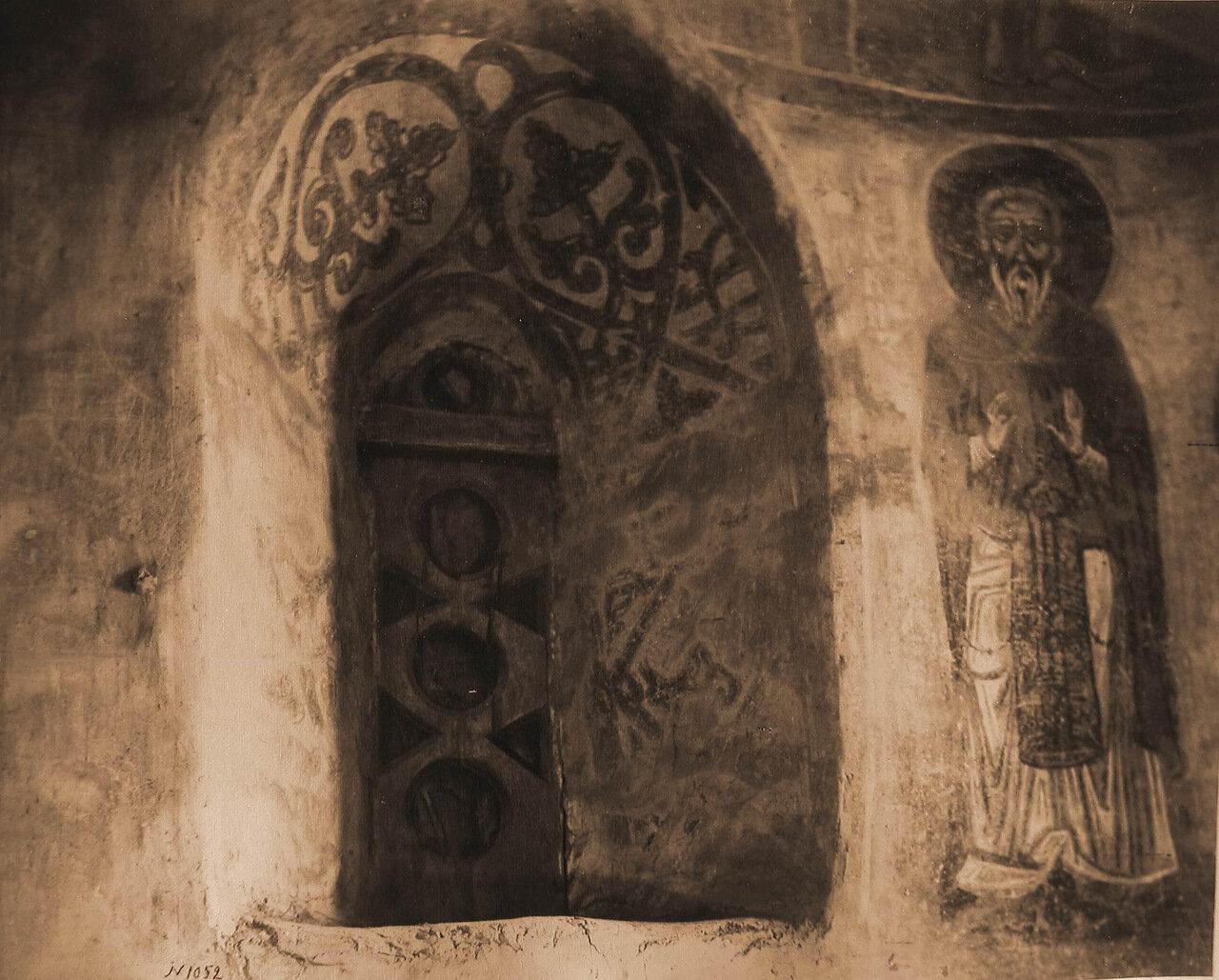 Вид окна и слюдяной рамы (XII в.) церкви Спаса-Нередиц