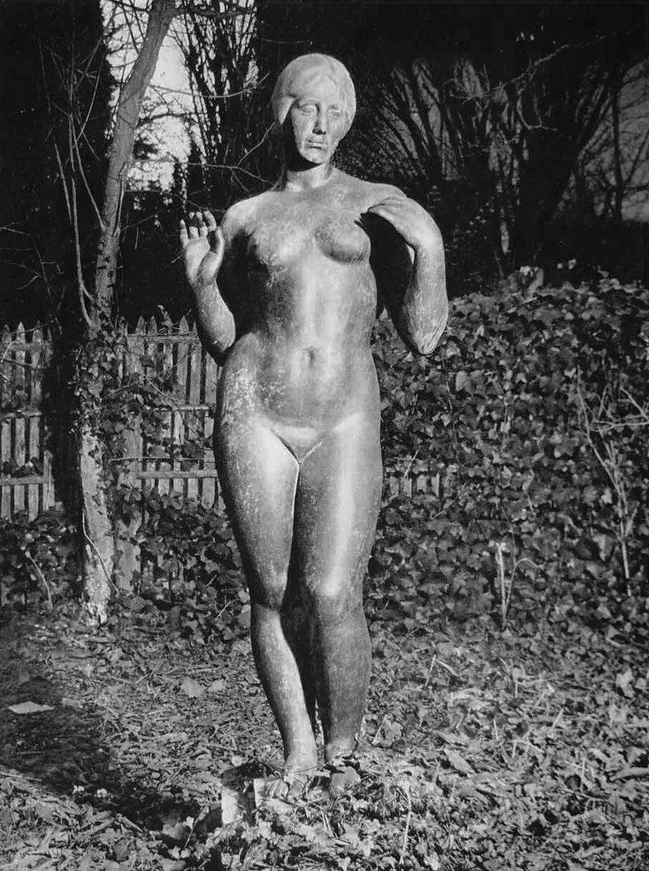 1930. Статуя в парке