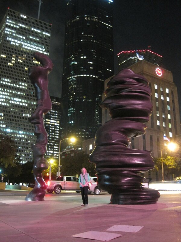 скульптура возле Холла