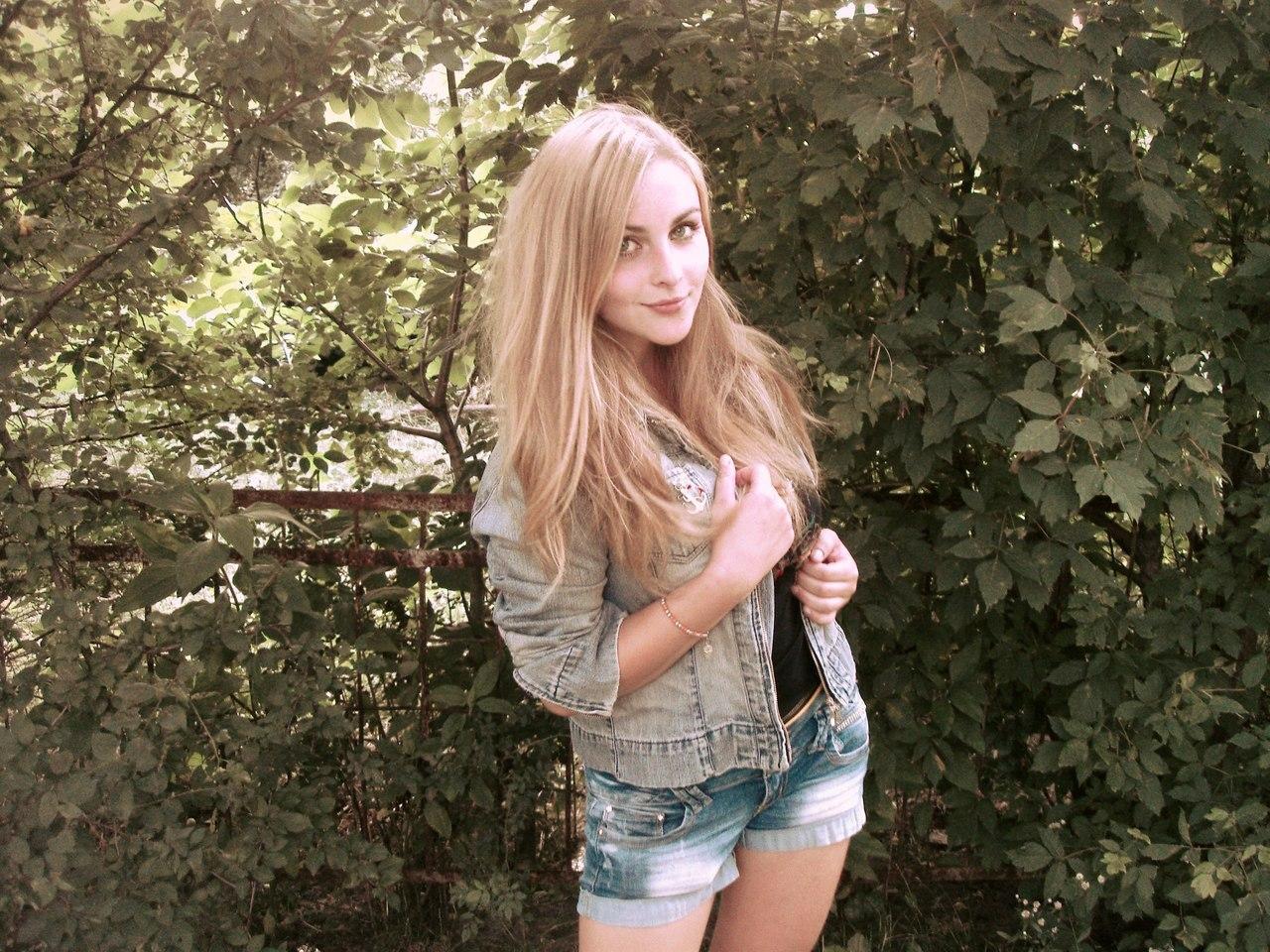 Фото блондинок в мини юбках