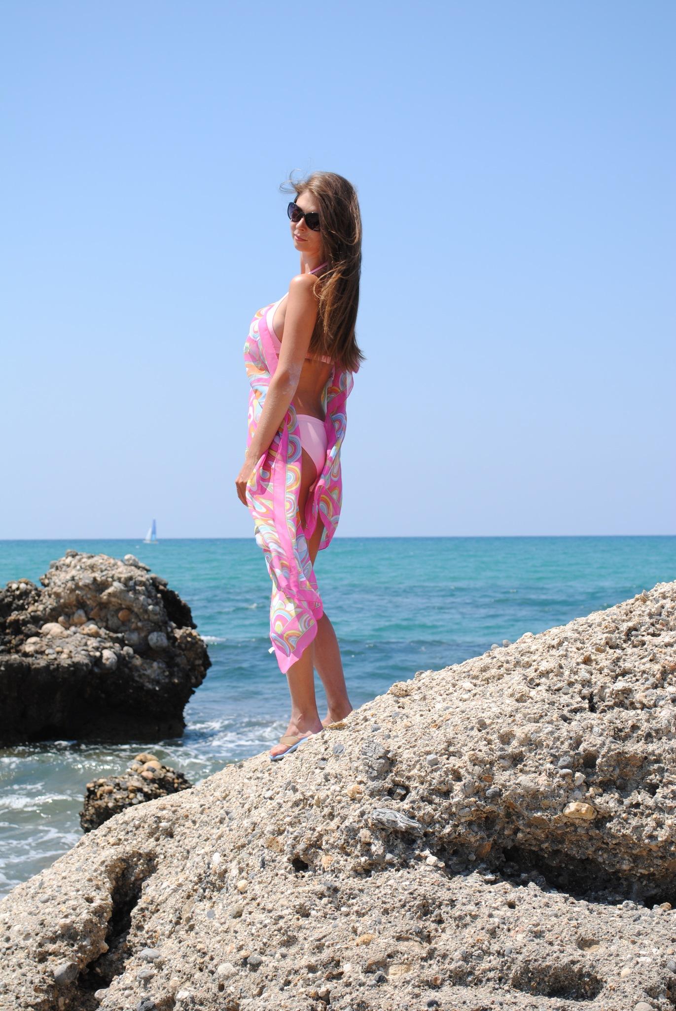Девушка в розовом купальнике и парео