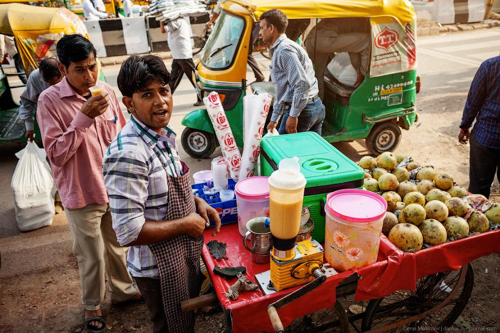 4. Индийский канализационный люк всегда железобетонный с двумя петлями для открывания.