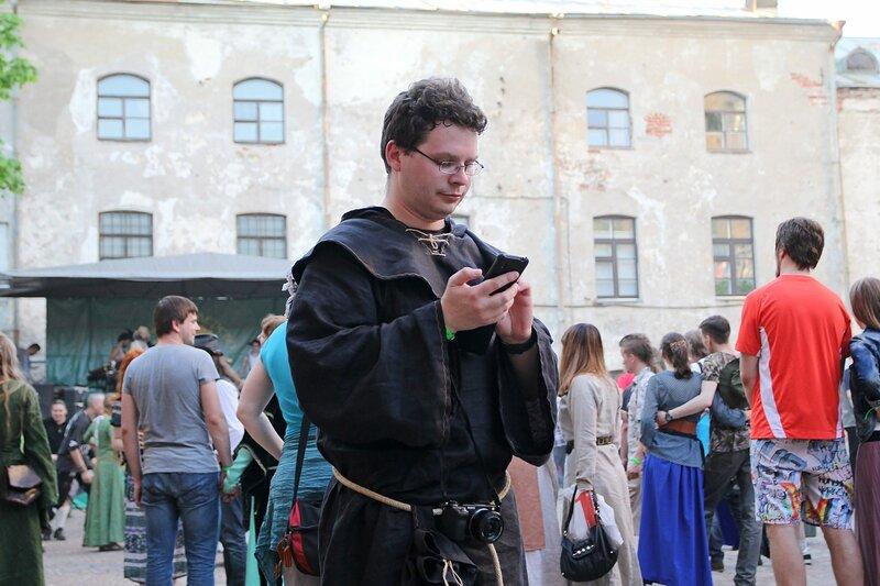 монах с фотоаппаратом и коммуникатором -  фестиваль «Майское дерево 2014»