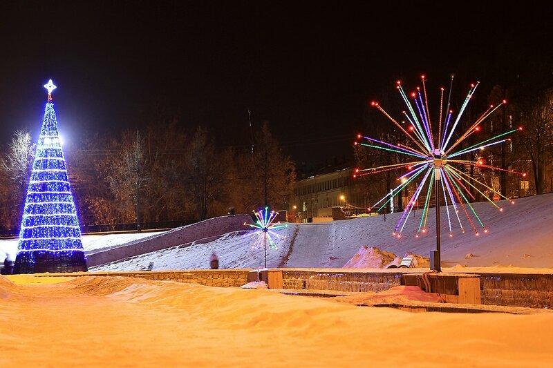 Ёлка с огнями и световые инсталляции в сквере им. 60-летия СССР в бывшем овраге Засора