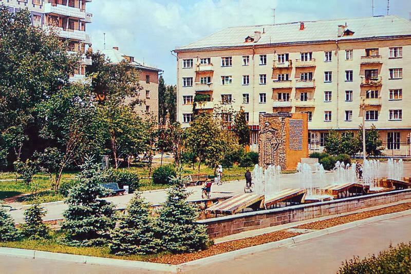 Памятная стела у входа в парк Победы, Белгород, начало 1980-х (А.Топуза)