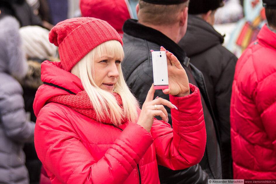 Девушка фотографирует телефоном