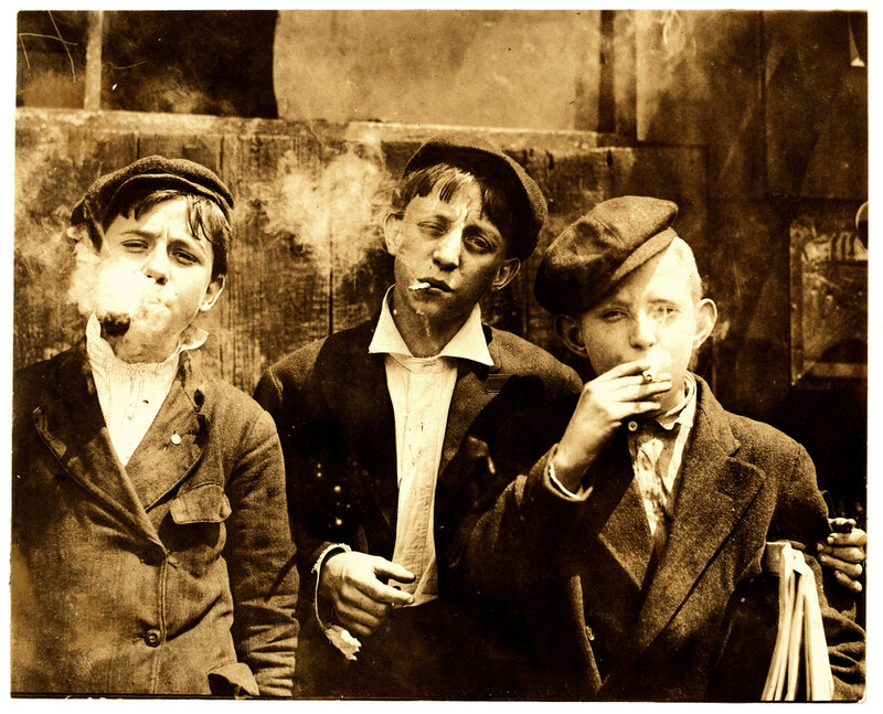 Америка. Lewis Hine Newsies smoking at Skeeter's Branch, St. Louis, 1910