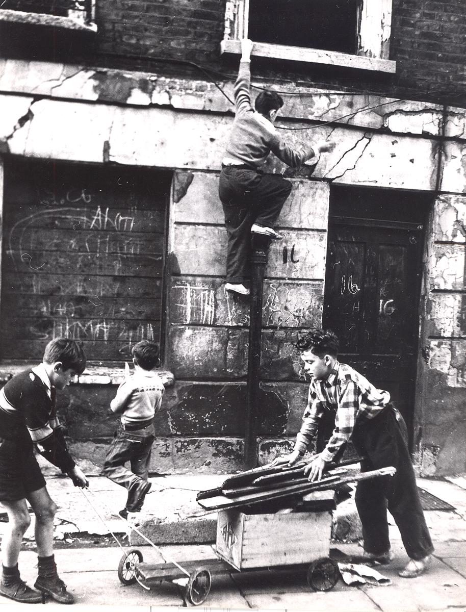 1957. Мальчики играют с ручной тележкой на Хемпден Кресент.  Паддингтон, Лондон