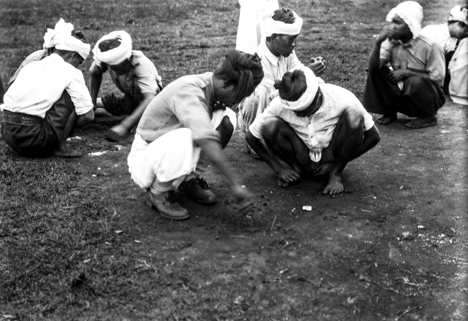 1109. Солдаты  народности качин за игрой