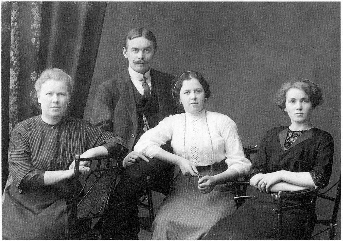 1912-1913. А.К. Амосова, И.Ю. Соберг с женой и сестрой Юлей. Архангельск.