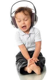 День охраны здоровья уха и слуха. Малыш в наушниках открытки фото рисунки картинки поздравления