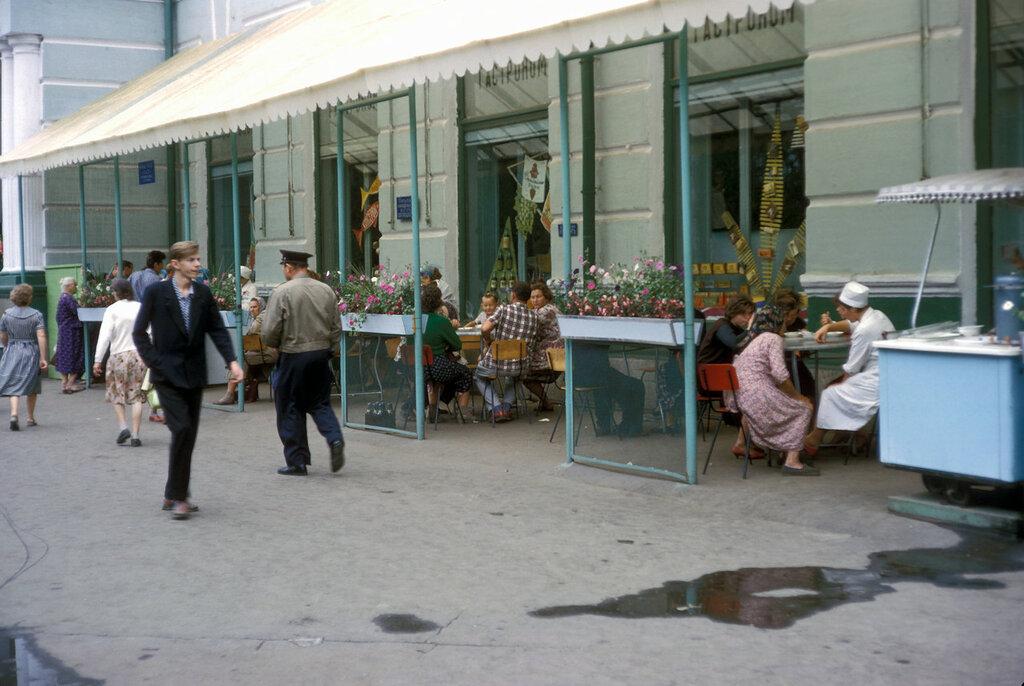 Chabarovsk, street scene near sidewalk café