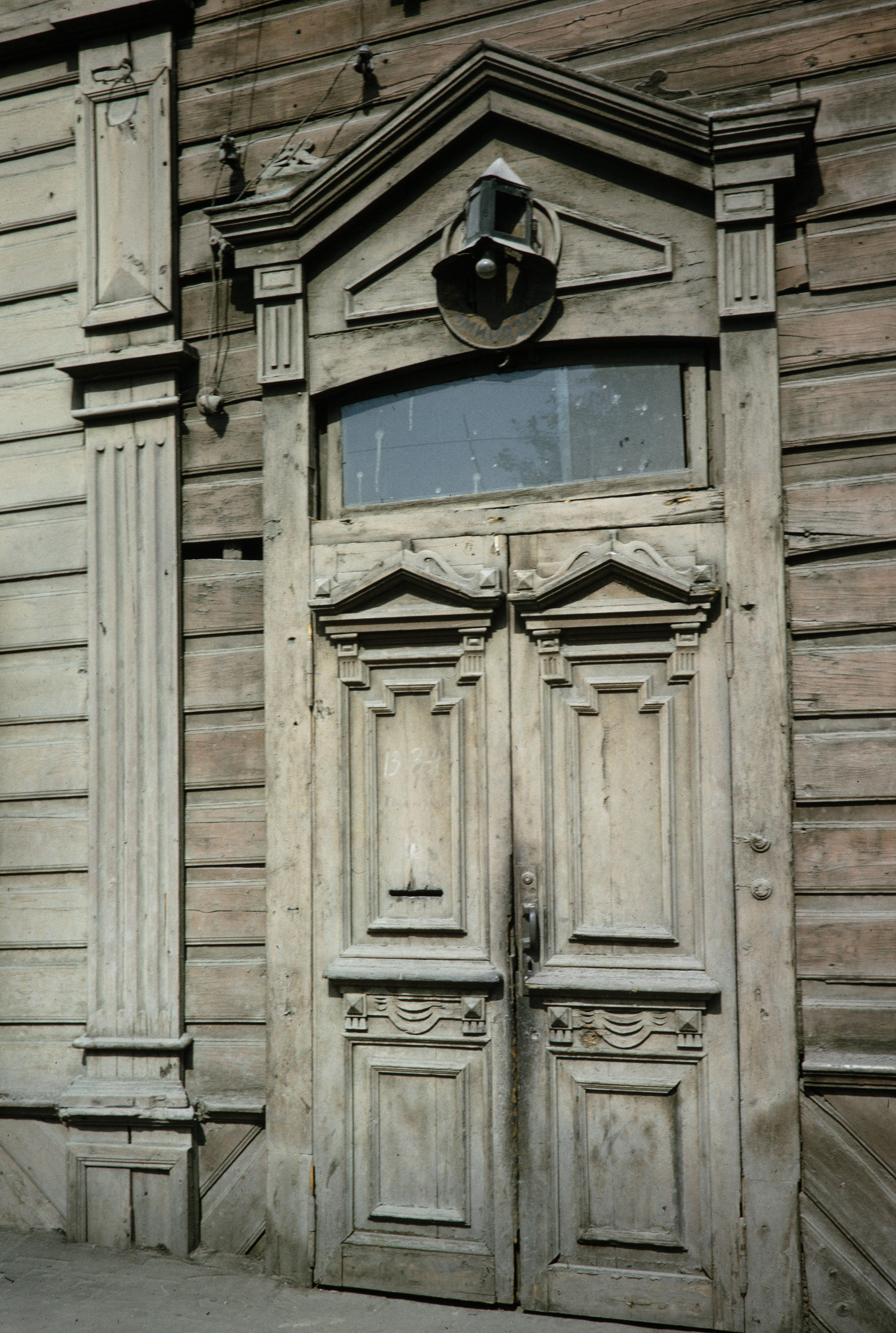 Улица Тимирязева, 19. Дверь деревянного дома