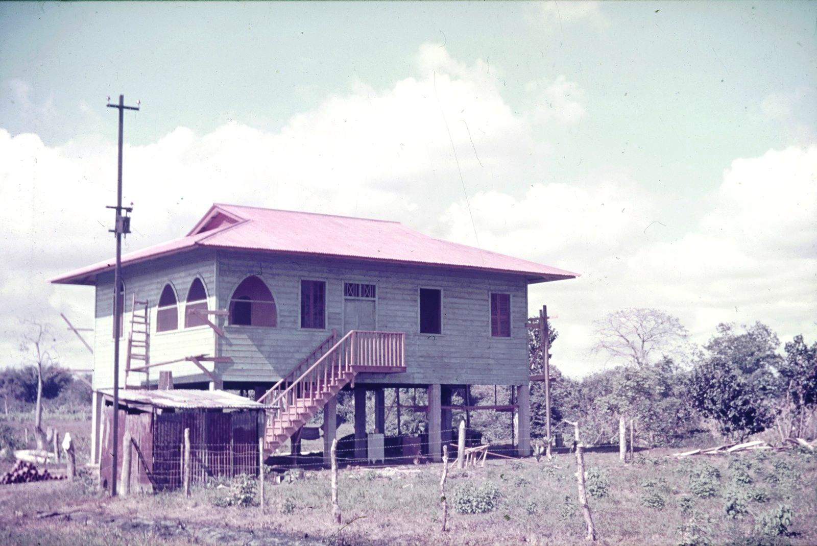 Гаити. Деревянный дом на сваях