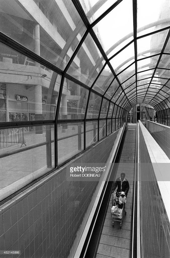 1987. Человек толкает тележку из супермаркета в Сен-Дени