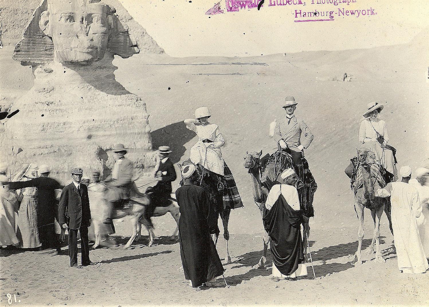 Гиза. Туристы с верблюдами перед Сфинксом