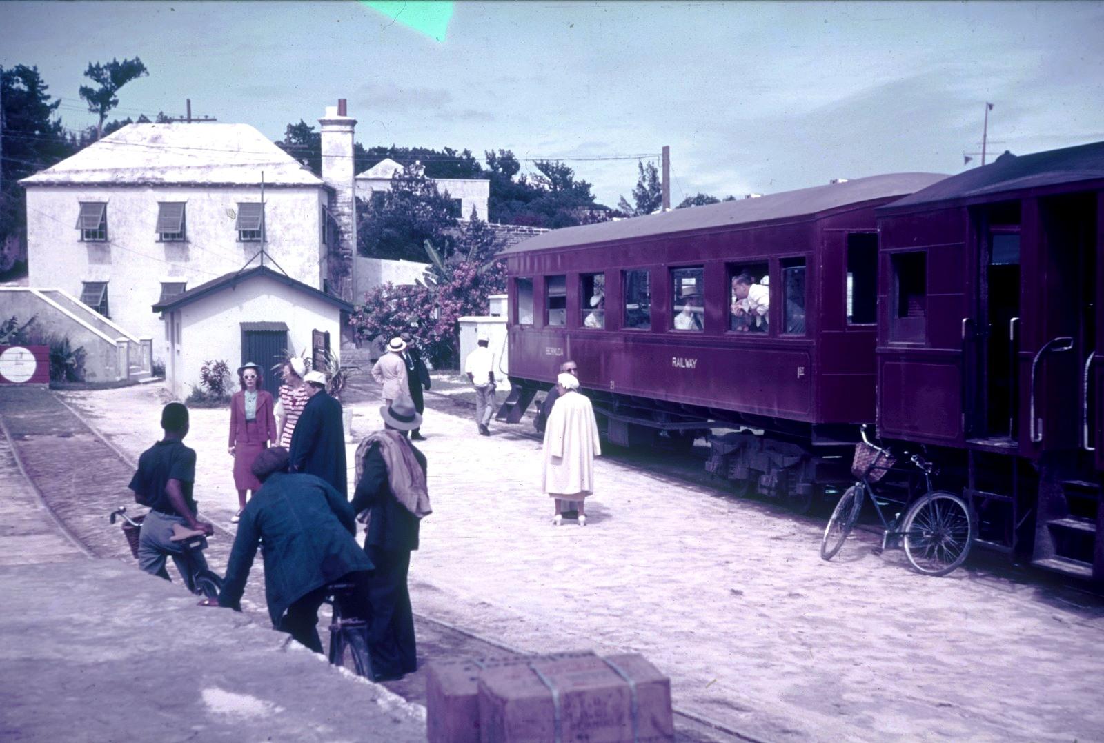 Бермудские острова.  Гамильтон. Платформа поезда на Бермудской железной дороге. Вид на дом с цветущим олеандром