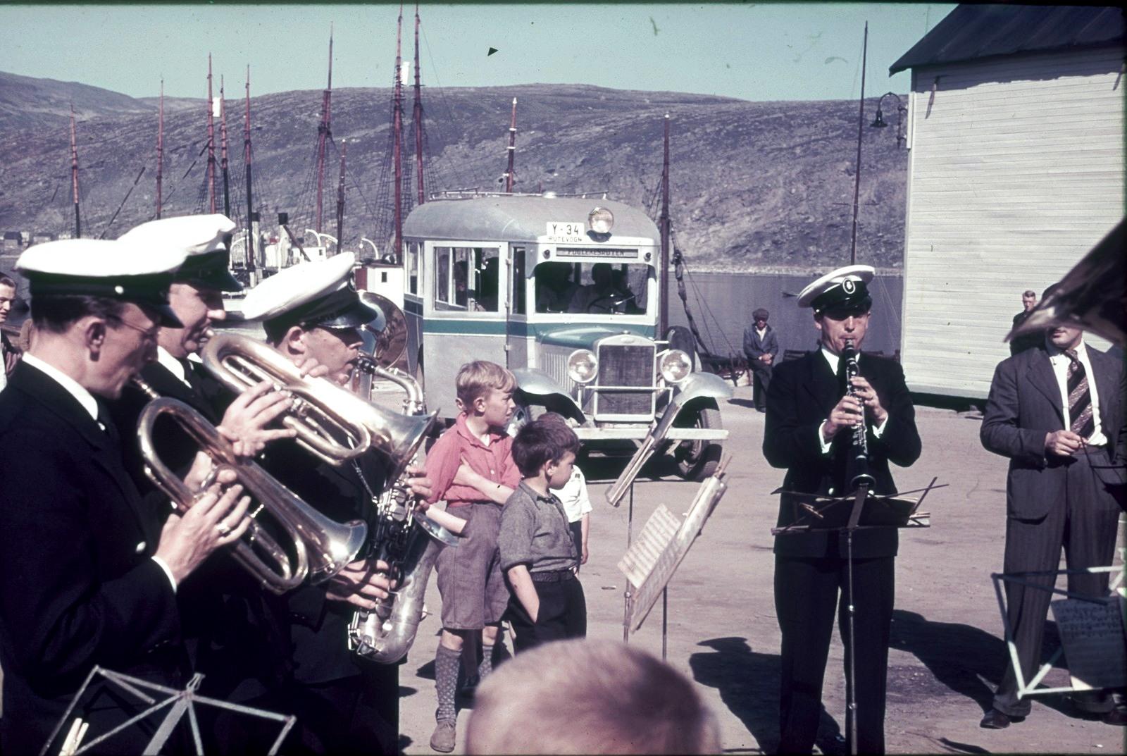 Хаммерфест. Духовой оркестр перед автобусом