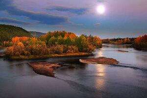 вечерняя луна над реченькой...