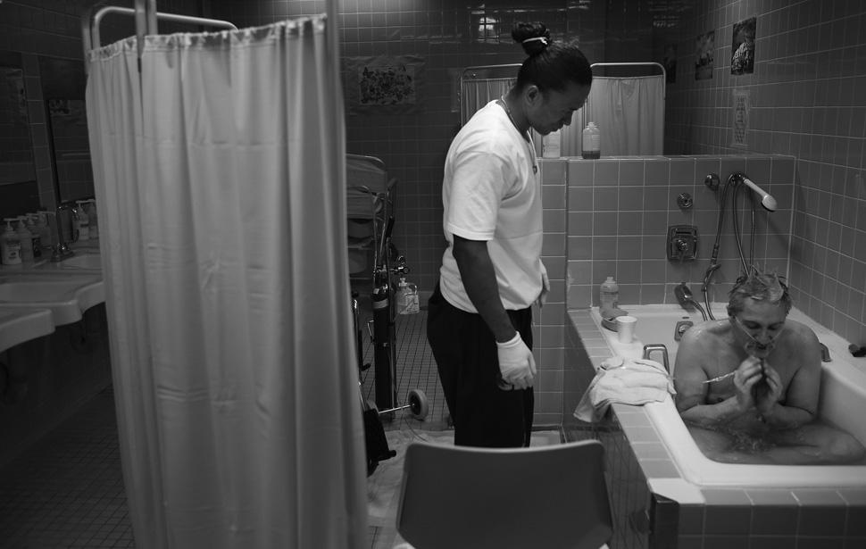 8. Джон Пол Мадрона, отбывающий пожизненный срок за убийство в 1993 году, присматривает за купающимс