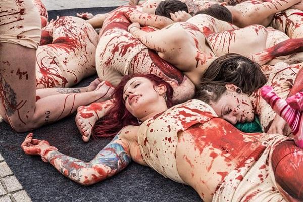 Около 40 активистов загримировались под свежие трупы животных, легли друг на друга в одну кучу, как
