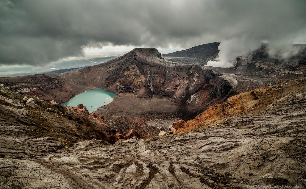 14. Кислотное озеро в одном из углов кратера.