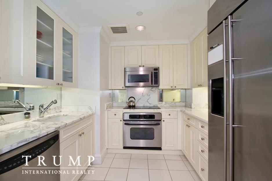 На кухне нет окон, но есть столешница из натурального мрамора.