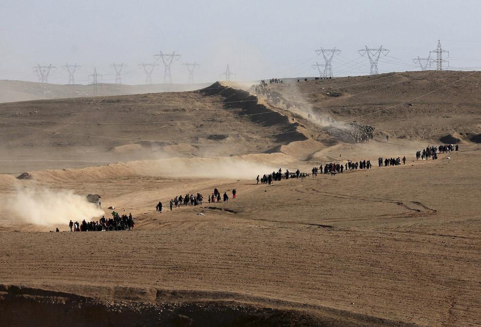9. У автодороги, соединяющей Мосул с курдским Эрбилем, раскинулся огромный лагерь беженцев. Зде