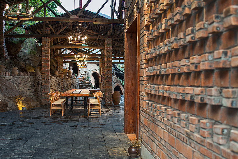 Ресторан в действующей гончарной мастерской в Китае