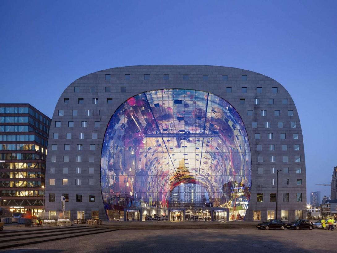 Огромная арка, которая на самом деле представляет собой энергоэффективный комплекс их жилых помещени