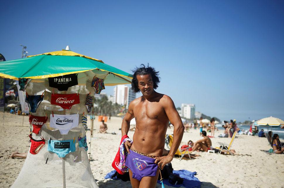 Пляж также знаменит местными завсегдатаями, которые любят покрасоваться и показать тело в бикини.