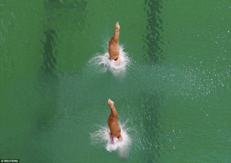 Члены олимпийского комитета тоже заявили, что понятия не имеют, почему вода в бассейне изменила цвет