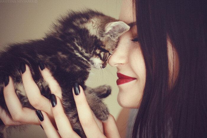 Милота, прислонившаяся к своей хозыйке. Автор фотографии: Кристина Невская (Kristina Nevskaya).