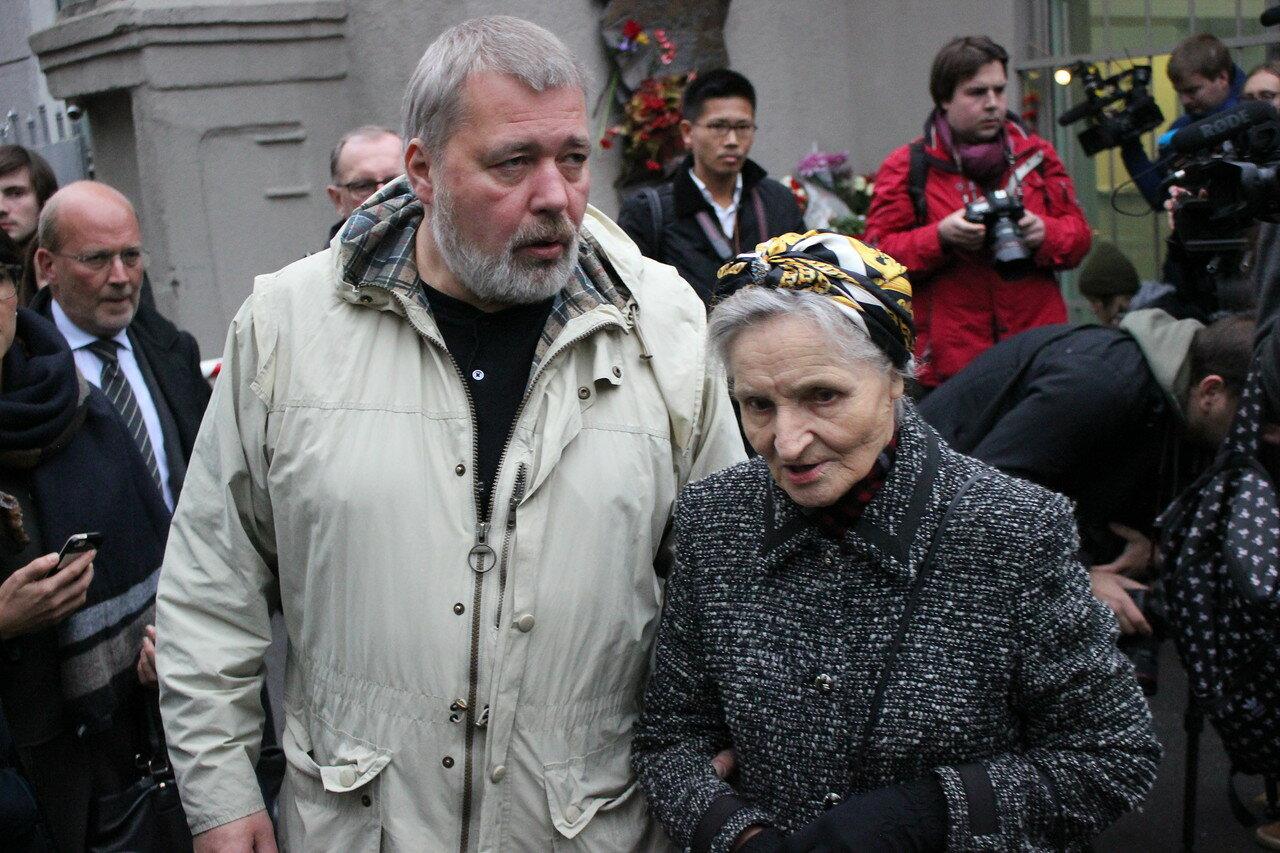 Главный редактор газеты Дмитрий Муратов и мама Анны Политковской Раиса Александровна