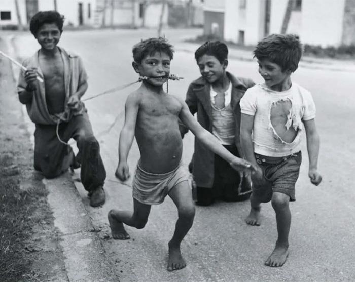 historical-children-playing-photography-45-589dbf386dad4__700.jpg