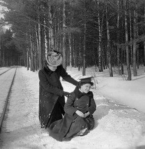 Прогулка в Петровско-Разумовское. «Густя в моем пальто сидит на снегу. Позади ее Тина»